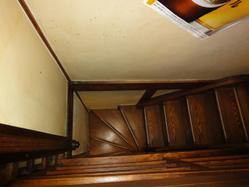 急な階段です。 酔っ払い要注意!!