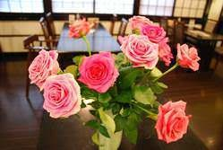 店内には花や素敵なしつらへで季節感。
