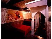 テーブル席は、個室風の空間にも 利用可能、衝立カーテン有