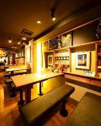 沖縄物産に囲まれたテーブル席など、店内で沖縄を感じて下さい!