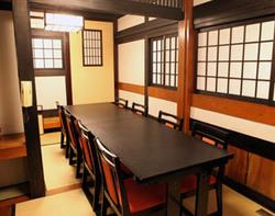落ち着いて食事ができる個室 (1階:テーブル席:~8名様)