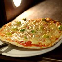 ■手作りピッツァ■ ブレンド生地を使ったパリパリ食感が特徴