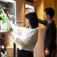 店内にある日本酒セラーには約80種類の日本酒を常時ご用意。