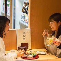 店内の木のぬくもり溢れる雰囲気は女子会や飲み会にも最適。