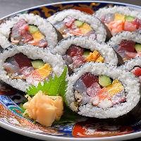 綺麗に並べられた太巻きは7種以上の新鮮魚介を味わえます♪
