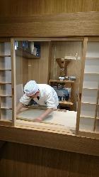 そばは毎朝、経験を積んだ職人が石臼でそば粉を挽いて作ります
