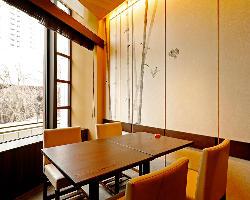 外の景色を楽しみながら会食、7〜10名様までの個室ございます