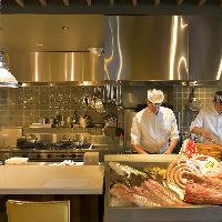 料理の様子が見られる、ライブ感あふれるカウンターは特等席