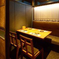 2~4名様向けの個室。和モダンの空間をお楽しみ下さい。