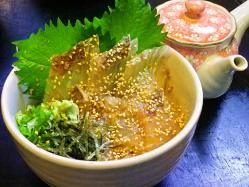 新鮮な鯛を贅沢に胡麻醤油に漬け込んだ丼。