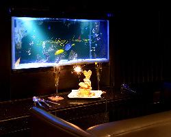 鮮やかな熱帯魚が泳ぐ幻想的な店内には5名様用個室も完備