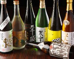 地元岐阜県の地酒を厳選取り揃え。ワインセラーには世界の銘酒も
