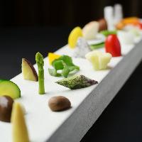 季節の彩り!朝露が滴る岐阜県産の野菜をスタイリッシュな一皿に