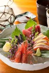 ようこそ魚がし酒場へ。おいしいものがたくさんあります。