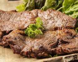 網焼きで余分な脂を落とした国産牛の牛肩ロース塩麹ステーキ
