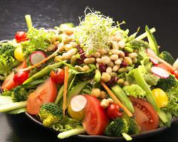 旬の野菜たっぷり♪自家菜園の野菜を盛り込んだ5種の豆サラダ