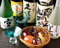 150種以上の豊富なドリンク。日本酒はお洒落なおちょこでどうぞ
