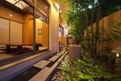 夜の水庭はライトアップされ更に風情をかもし出しています。
