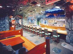 地下1階にあるかにの網元のたたずまいを偲ばせる洞窟座敷