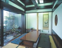 落ち着いた雰囲気の個室で お食事をお楽しみいただけます。