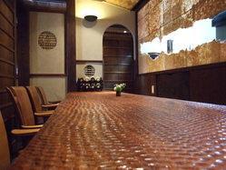 赤樫の一枚板のカウンターと 網代の天井は癒しの極致。