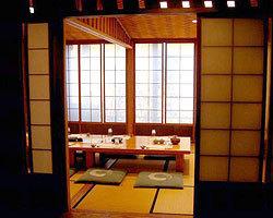 和紙の襖に網代の天井。 面皮作りの茶室風のお部屋。