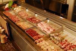 大きなネタケースには、新鮮な三河鶏を串にうち並べております!