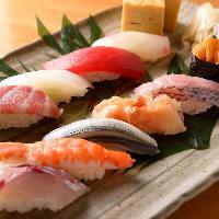 料理人が旬のネタを使い、丁寧な仕事で美味しい寿司を握ります