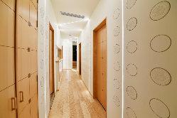 白と木目を基調に清潔感が溢れ、個室とはまた違った雰囲気の廊下