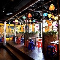 【開放的な空間で宴会】 大人数での宴会にも対応できる広々店内