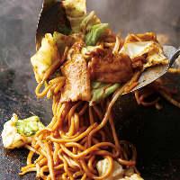 焼そばの麺は特注極太生麺! 歯ごたえバッチリ!
