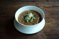 アラカルトメニューで人気の麻婆豆腐は熱々を土鍋で。