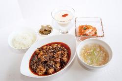 陳建一の麻婆豆腐セット(写真は平日仕立て)