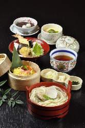 自家製の生麺を使った秘伝仕込みの出汁つゆの蛤入り釜あげうどん