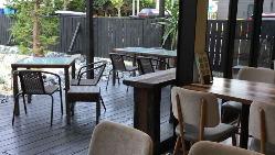 外の景色を眺めながらお食事が出来るテラス席を設けております