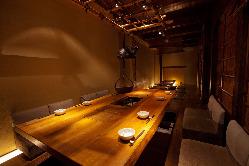 お席中央の囲炉裏が趣深い…人気の個室です。
