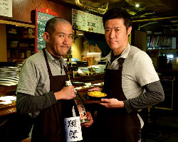 ビストロ料理人のシェフ(右)と店長で利き酒師の和食シェフ(左)