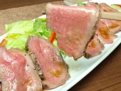 牛タンのローストビーフ サラダ仕立てでさっぱりと。