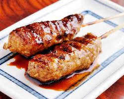 「自家製つくね串焼き」ジューシーな旨さと炭で焼いた香ばしさが美味!