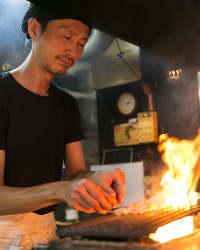 名物豚テキは串を打って 備長炭で焼いてます。