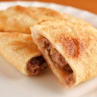羊肉のミンチを特製生地で包んで揚げたモンゴルの家庭料理です。