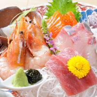 こだわりの直送鮮魚のお刺身。お酒にも合う贅沢な逸品です。