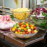 ランチサラダバーは12種類の野菜や フルーツが色々楽します