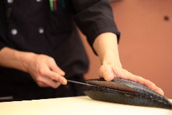 函館漁港から毎日直送の鮮魚をさまざまなバリエーションで提供