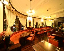 落ち着いたクラシック・オレンジの3階。17-30名様まで貸切可能。