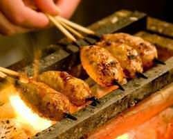 毎日店で生ミンチ肉を手ごねで調理し生つくねを作り炭火焼。