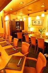 1階 カウンター・テーブル席 奥座敷がございます。
