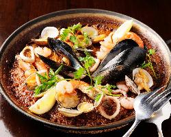 スペイン料理には欠かせない!当店自慢のパエリアは必食!