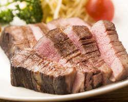 厚切り牛タンのステーキは柔らかい部分のみを贅沢に使用!