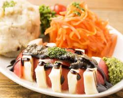 色とりどりの前菜盛り合わせがテーブルに並んだらさぁ宴会!